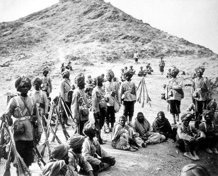 Soldaten der Sikh bewachen afghanische Gefangene am Chaiber-Pass.