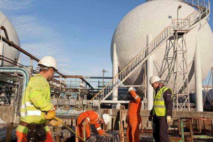 Arbeiter inspizieren im Jahr 2013 Rohre in der riesigen INEOS Ethan-Raffinerie in Grangemouth, Schottland.