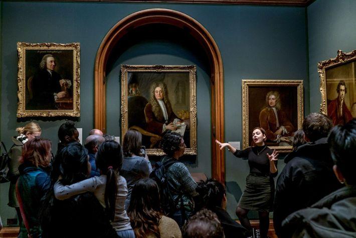 """Die Kunsthistorikerin Alice Procter im Januar 2019 bei einer ihrer """"Ungemütliche Kunst""""-Führung durch die National Portrait ..."""
