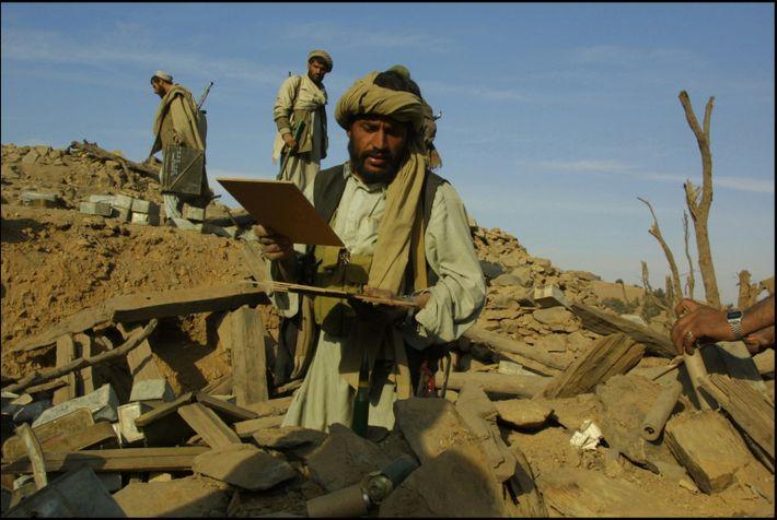 Ein Kämpfer der Afghanen durchsucht im Dezember 2001 die Trümmer eines von US-Bomben zerstörten al-Qaida-Trainingslagers.