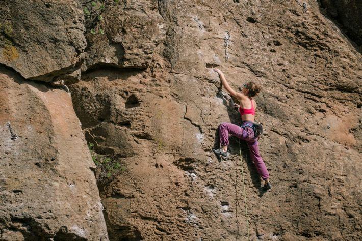 Ein Kletterer folgt einem Chalk-Pfad entlang einer Felswand in Arico im Süden Teneriffas, einem der beliebtesten ...