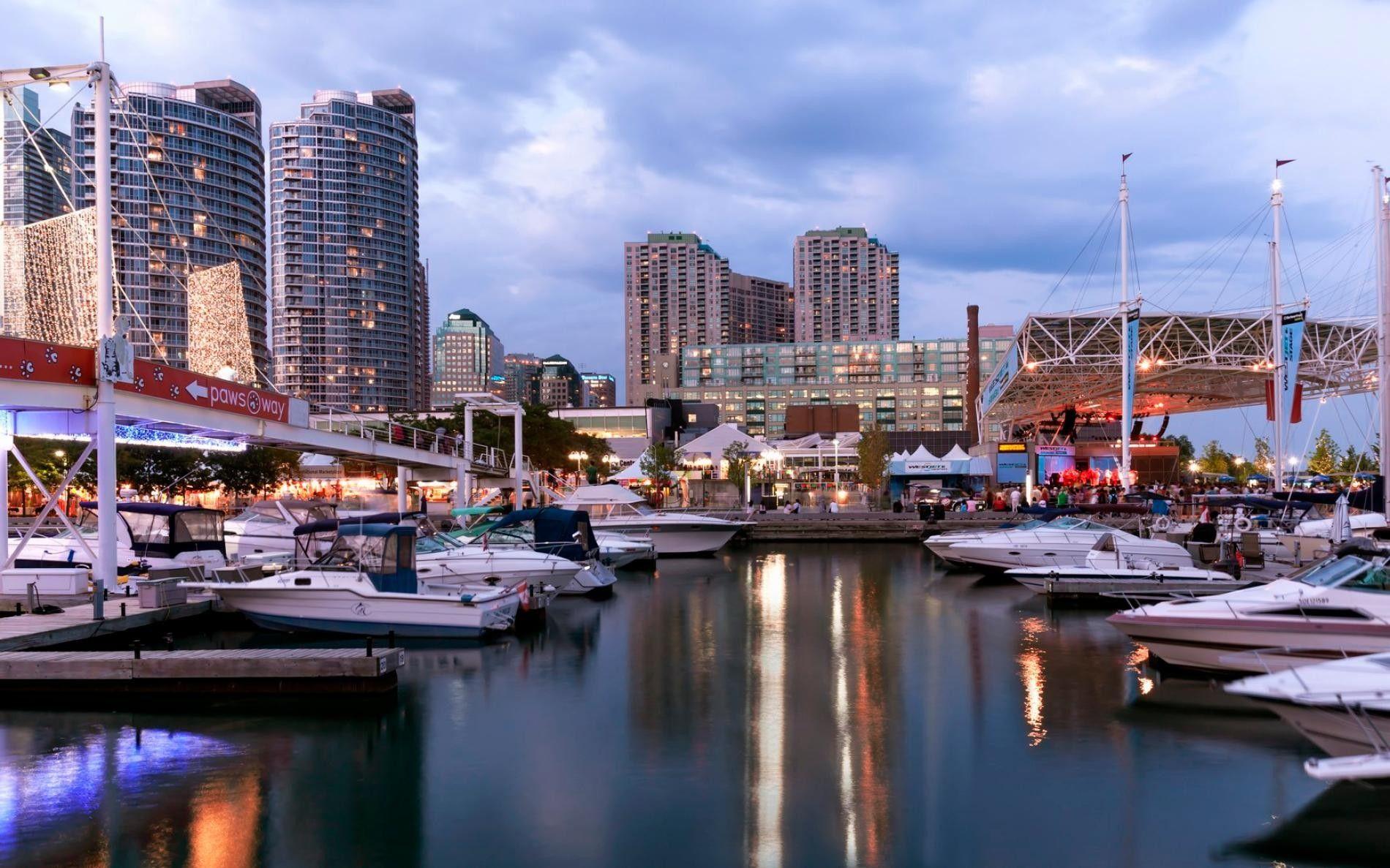 Boote liegen am Harbourfront-Yachthafen in Toronto an.