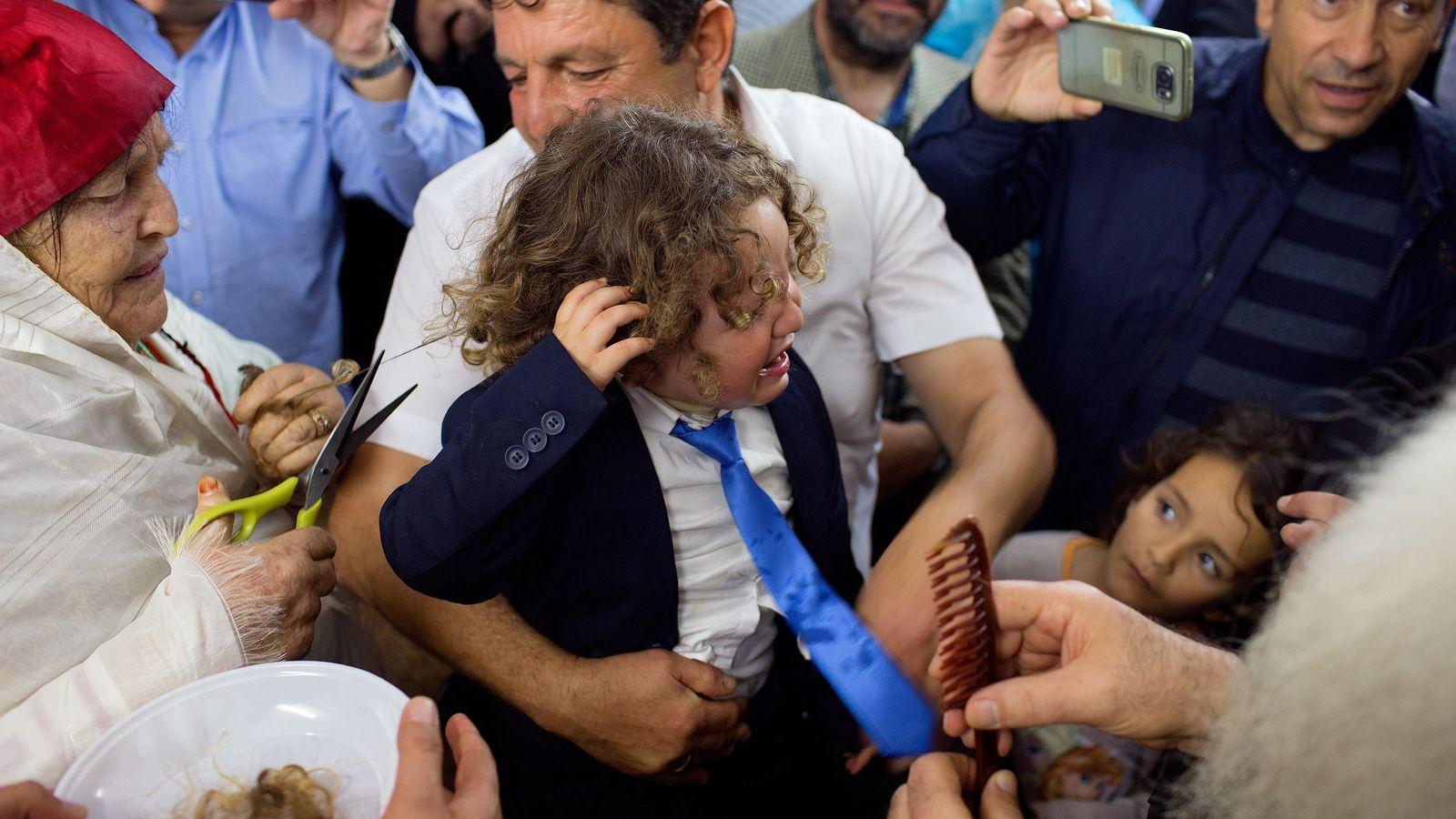 Weinender junge bekommt Haarschnitt