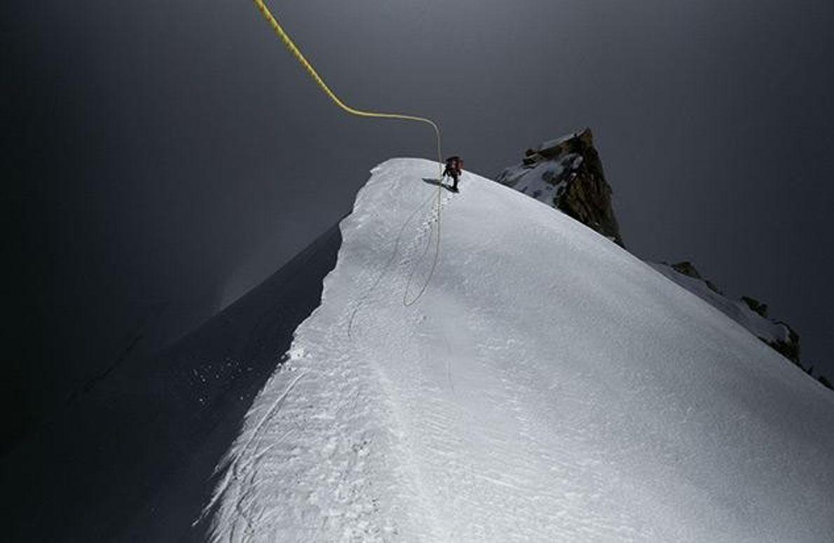 Das Seil, an dem sich der Alpinist Cory Richards einen Grat am Hkakabo Razi emporzieht, fliegt …