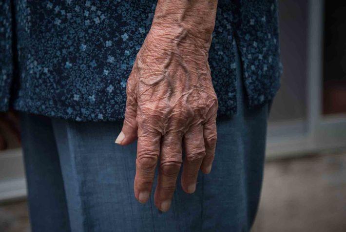 """Miyagi ist eine von mehreren Hundertjährigen, die in Ogimi leben, dem """"Dorf der Hundertjährigen""""."""