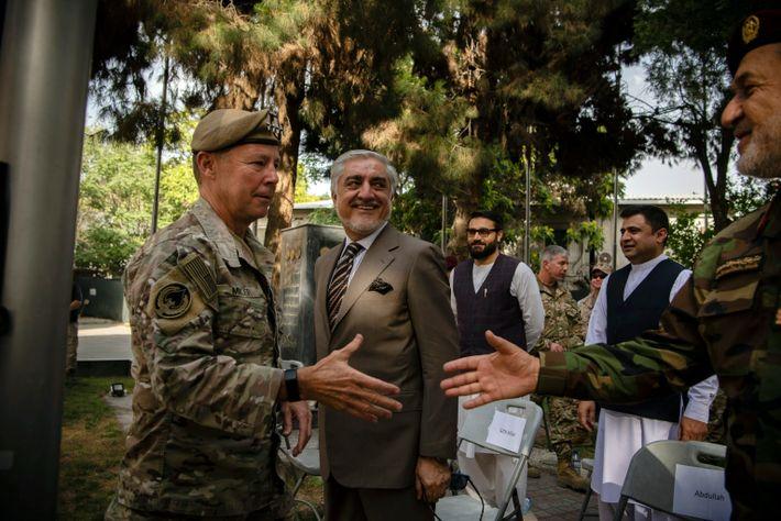 General Austin Miller, oberster Befehlshaber der US-Armee in Afghanistan, begrüßt am 12. Juli 2021 den damaligen ...