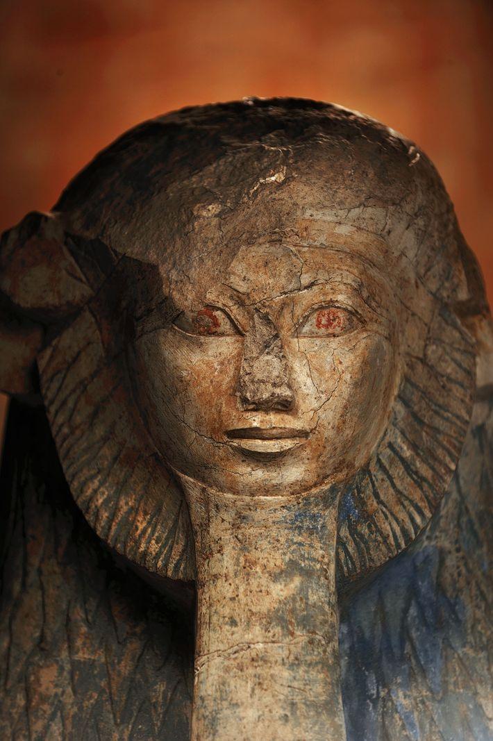 Eine Statue der Hatschepsut zeigt die Pharaonin mit Löwenmähne und Pharaonenbart.