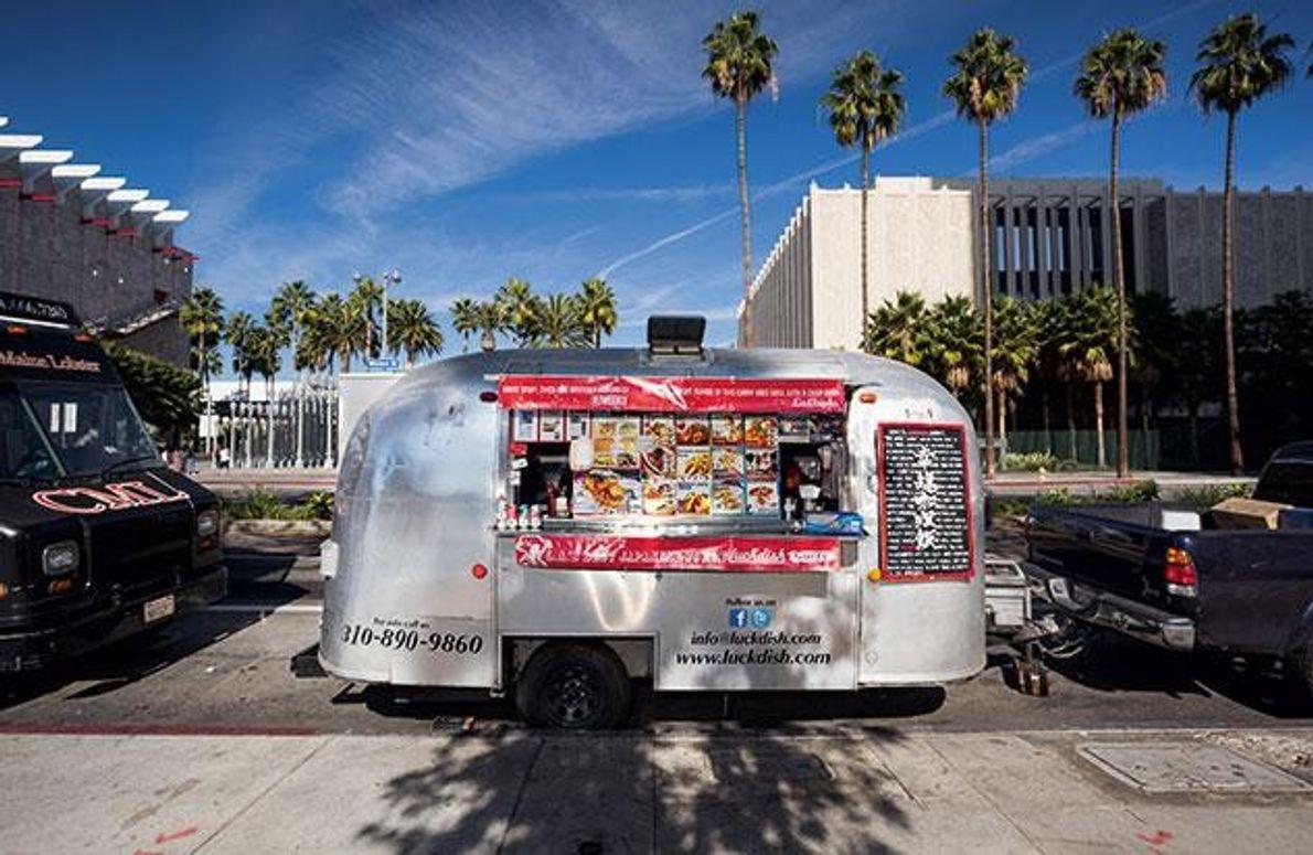 Grell und verrückt: Die Food-Trucks auf den Straßen von L.A. – meist umgebaute Lieferwagen – sind …