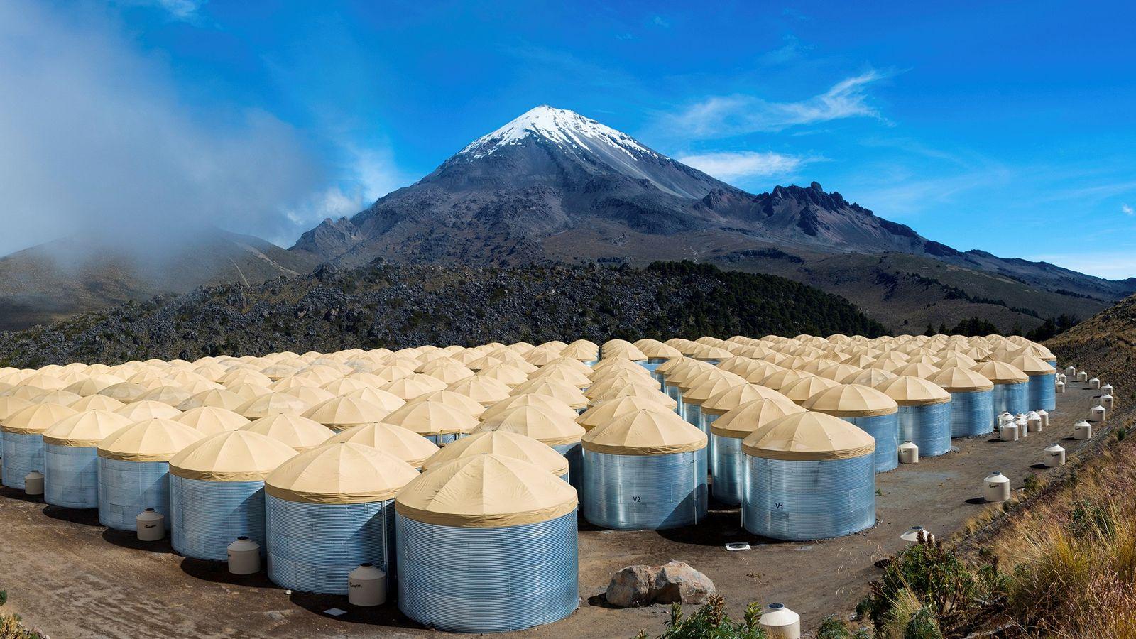 Diese 300 Wassertanks des High Altitude Water Cherenkov Gamma-Ray Observatory in Mexiko helfen Astronomen dabei, den ...