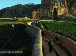 Hazara-Bauern in der Provinz Bamain auf dem Weg zur Arbeit. In der leeren Feelsnische stand jene ...