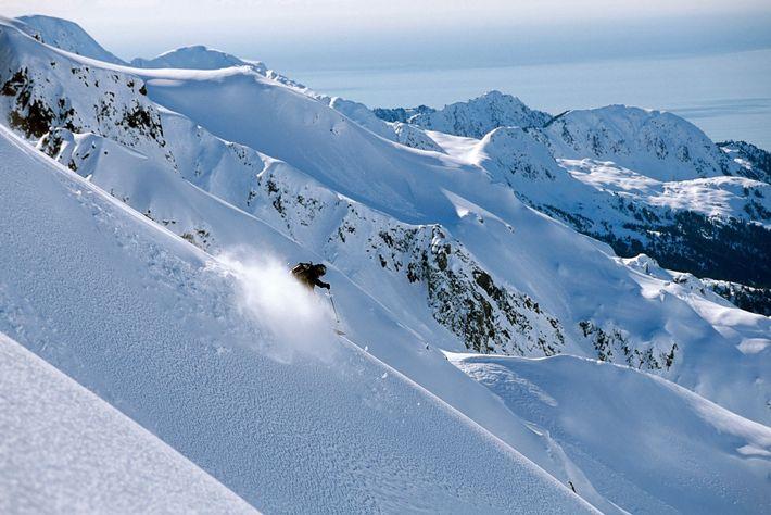 Ein Skitourengeher rast über den Kamm der Resurrection Peninsula in Alaska.