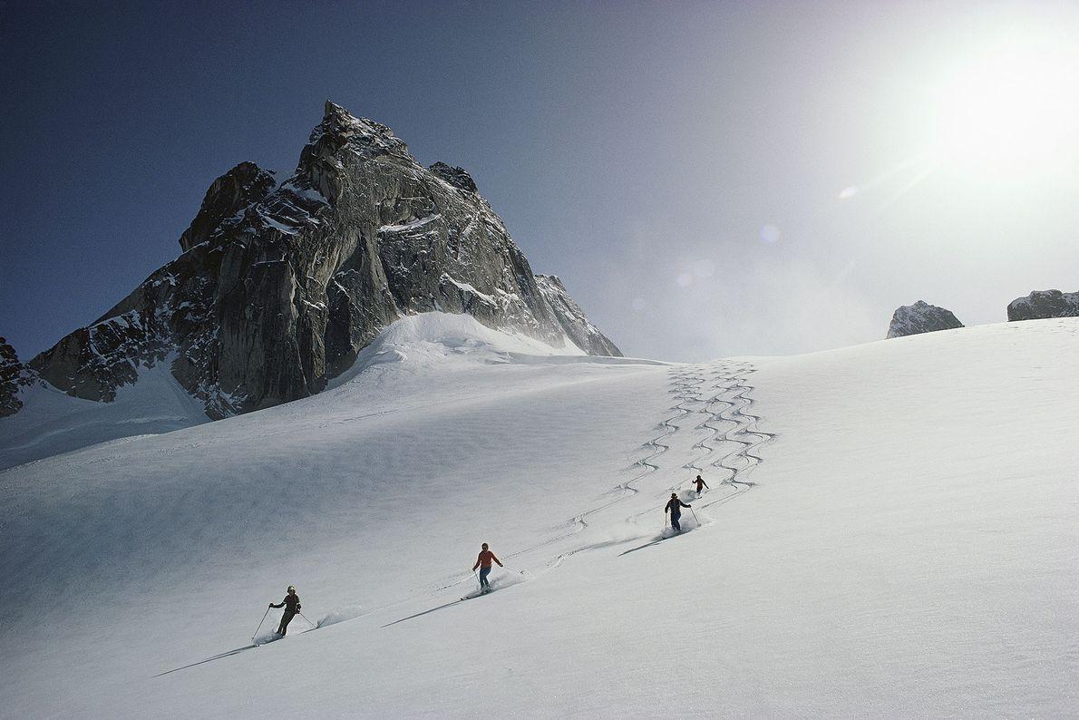 Skifahrer auf dem Vowel-Gletscher im Skigebiet der Bungaboos in British Columbia.