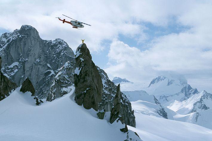 Ein Heliski-Lehrer steht auf der Spitze des Osprey in den Purcell Mountains, Kanada.