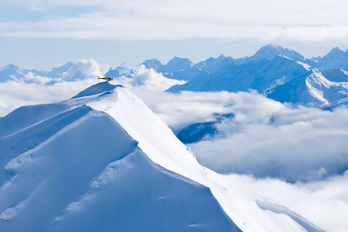 Ein Hubschrauber landet auf einem Gipfel in den Chikat Mountains in Haines, Alaska.