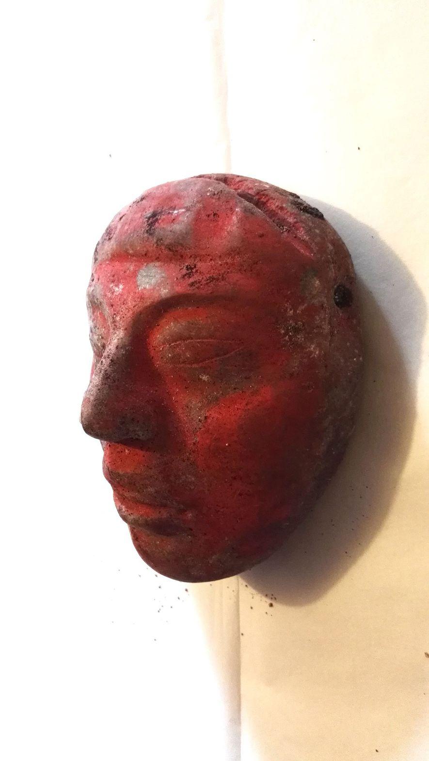 Während der Ausgrabungen wurde eine Jademaske gefunden, die mit rotem Zinnober bemalt worden war. Auf der Oberseite ist ein Symbol zu erkennen, das eine Verbindung zur Maisgottheit Hun Nal Yeh andeutet.