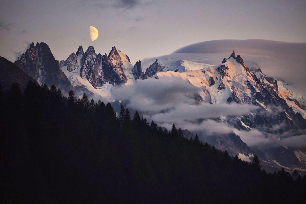 Mond über Gipfel Aiguille du Midi