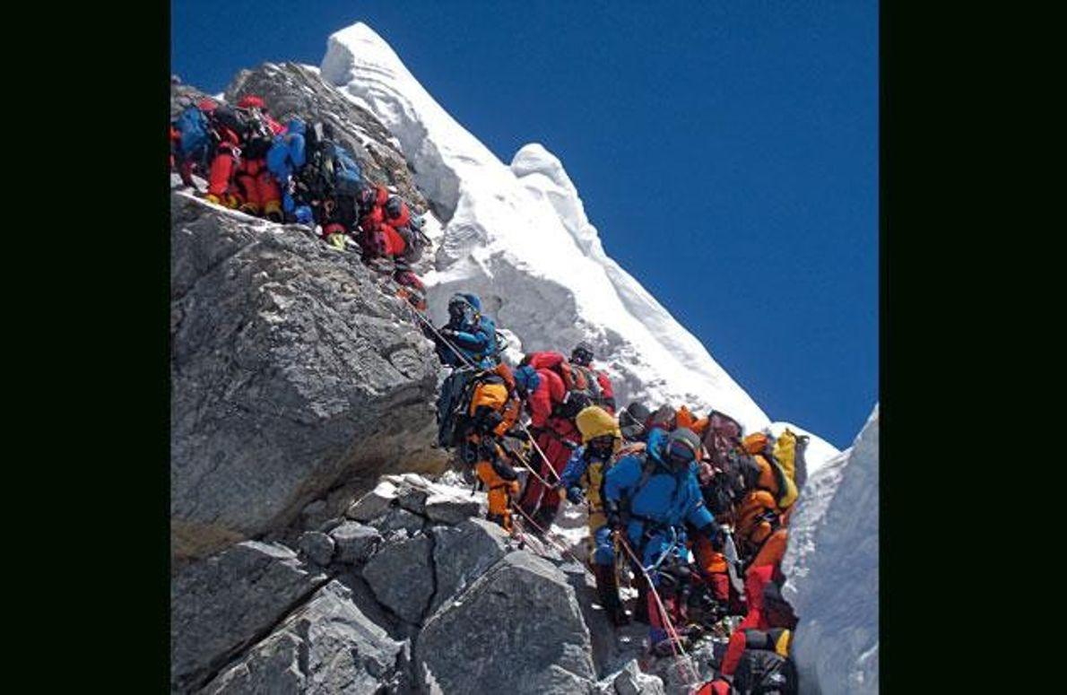 Hillary Step, 19. Mai 2012: Dutzende Bergsteiger müssen bis zu zwei Stunden an der steilen Felspassage …