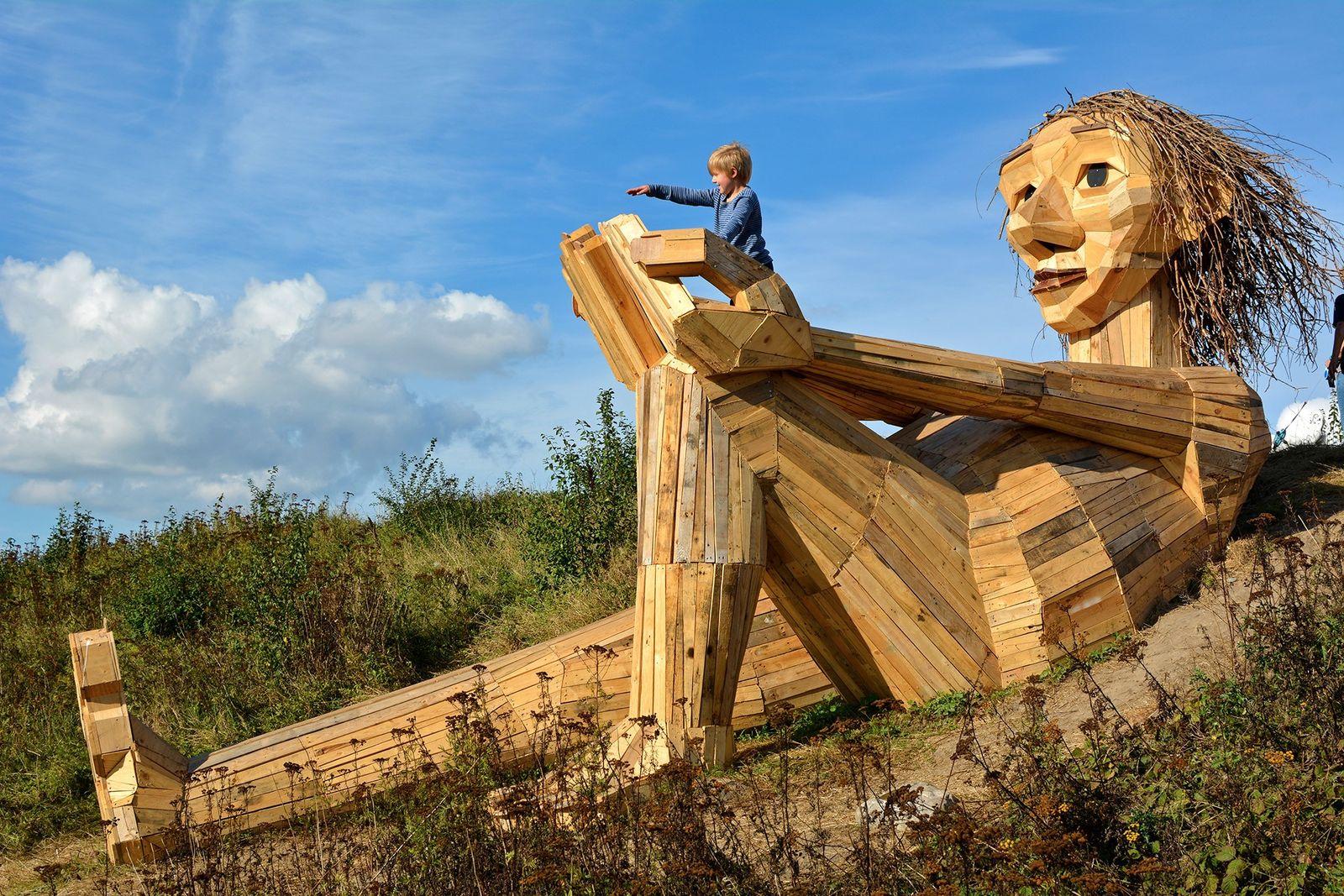 Trollskulptur des Künstlers Thomas Dambo