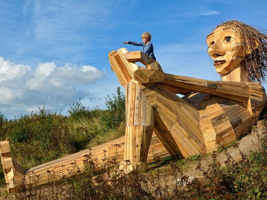 Dänische Sperrmüll-Trolle verweben Mythologie und Umweltschutz