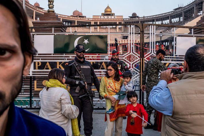 Touristen posieren mit Soldaten an der Grenze Indiens