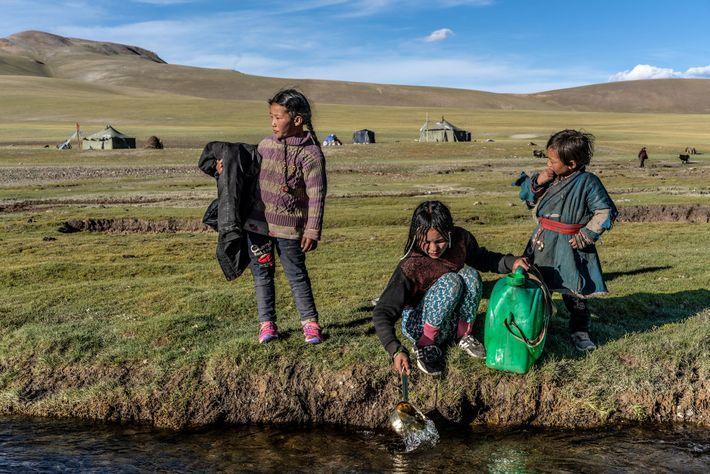 Kinder holen Wasser aus dem Indus in Tibet