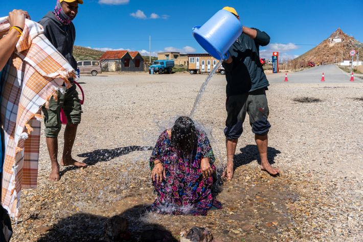 Eine US-Pilgerin wird mit Induswasser übergossen