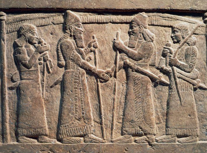 Ein Steinrelief aus dem neunten Jahrhundert vor Christus zeigt den assyrischen König Salmanassar III., der einem ...