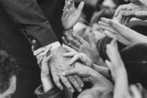 Schon seit Jahrtausenden schütteln sich Menschen aus verschiedensten Gründen die Hände. Auf dieser Aufnahme gibt der ...