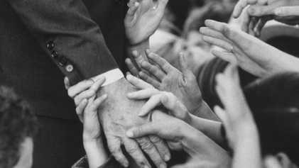 Geschichte des Handschlags: Warum fassen wir so oft Fremde an?