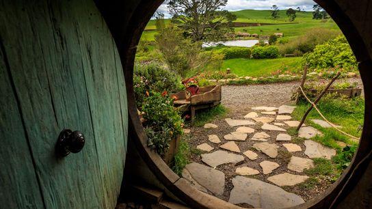 Die Hobbithöhlen im Hobbingen-Filmset auf der Nordinsel sind das Portal, durch welches man in das Neuseeland ...