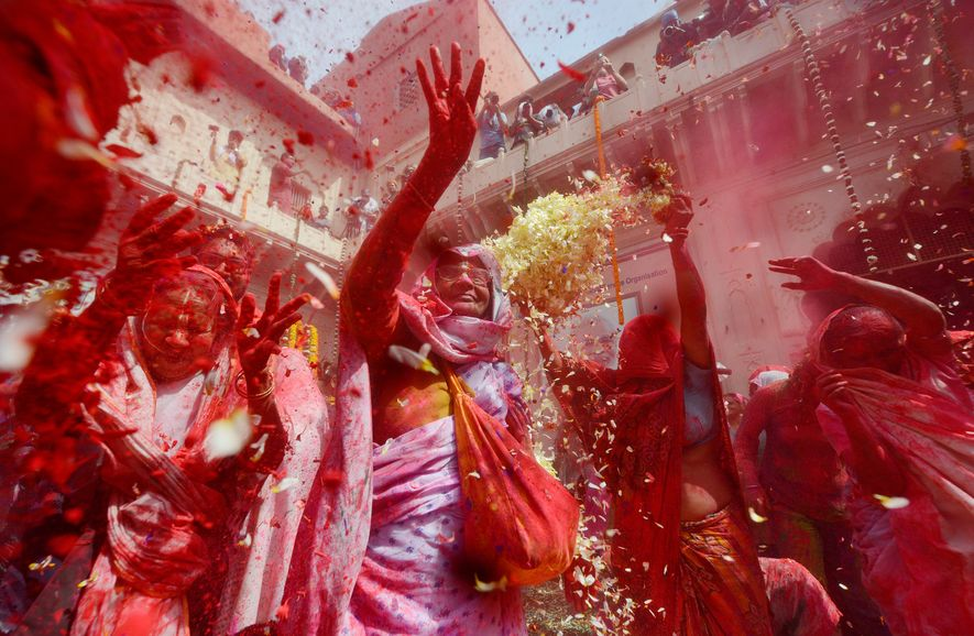 Rotes Farbpulver beim Holi-Fest