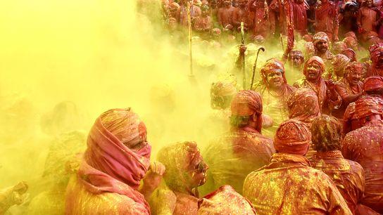 Gelbes Farbpulver auf dem Holi-Fest