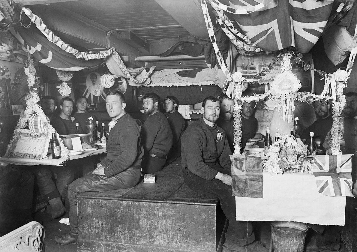 """Die British National Antarctic Expedition – oft auch als Discovery-Expedition bezeichnet – feiert """"Weihnachten"""" am 23. ..."""