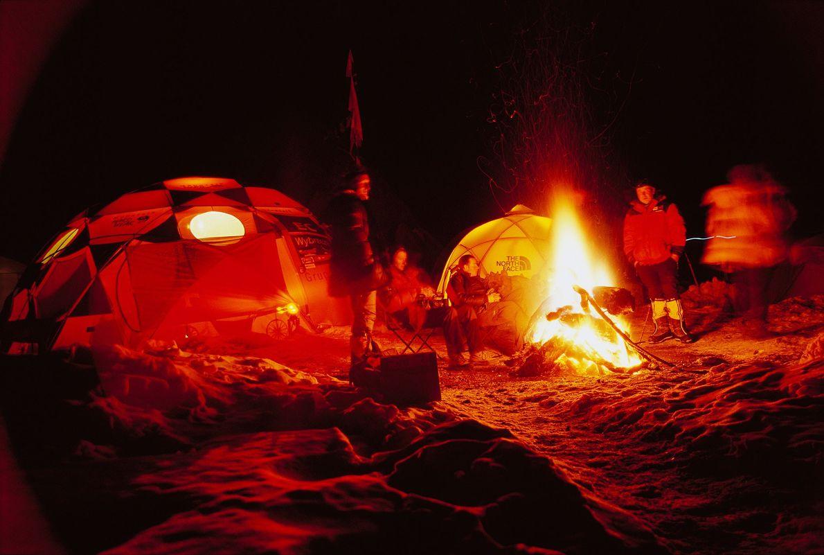Eine Gruppe polnischer Bergsteiger teilt einen unbeschwerten Moment am Heiligabend 2006. Sie sitzen in ihrem Basiscamp ...