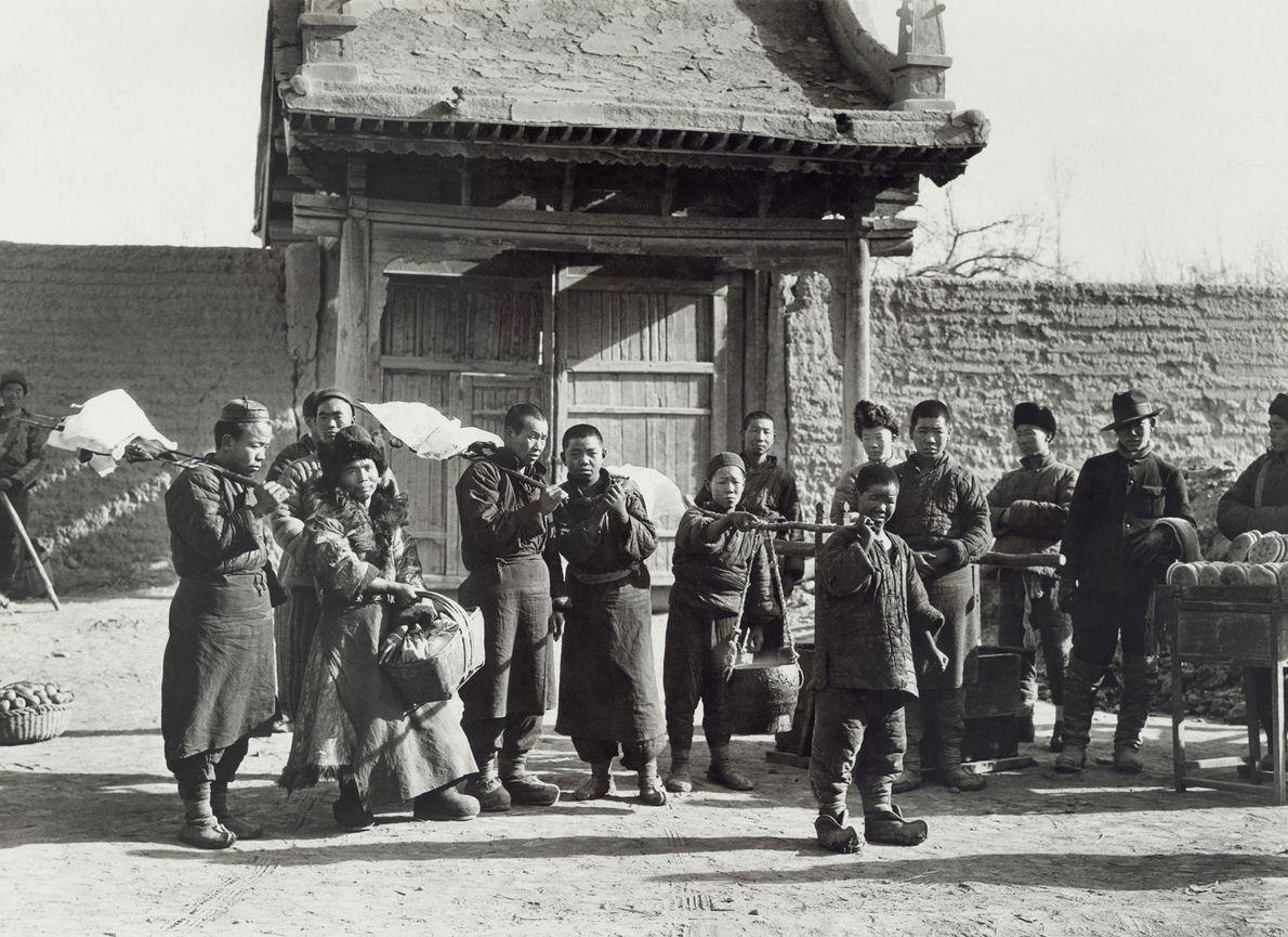 Köchinnen bringen in Ganzhou in China Kessel mit Suppe für die Feier der Citroën-Haardt-Expedition am ersten ...