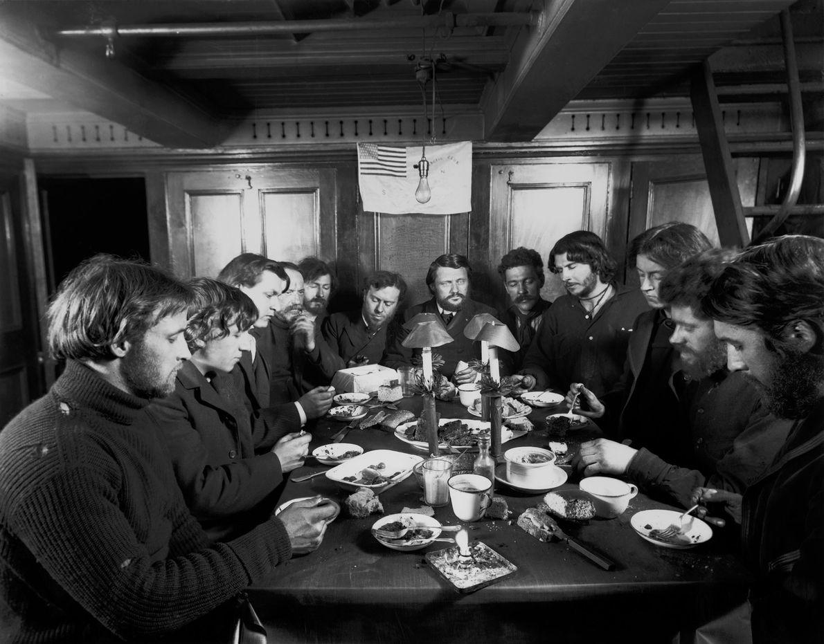 Der Blitz des Fotoapparats erhellt das Weihnachtsessen im Jahr 1901. Die Männer Baldwin-Ziegler-Polarexpedition feierten an Bord ...