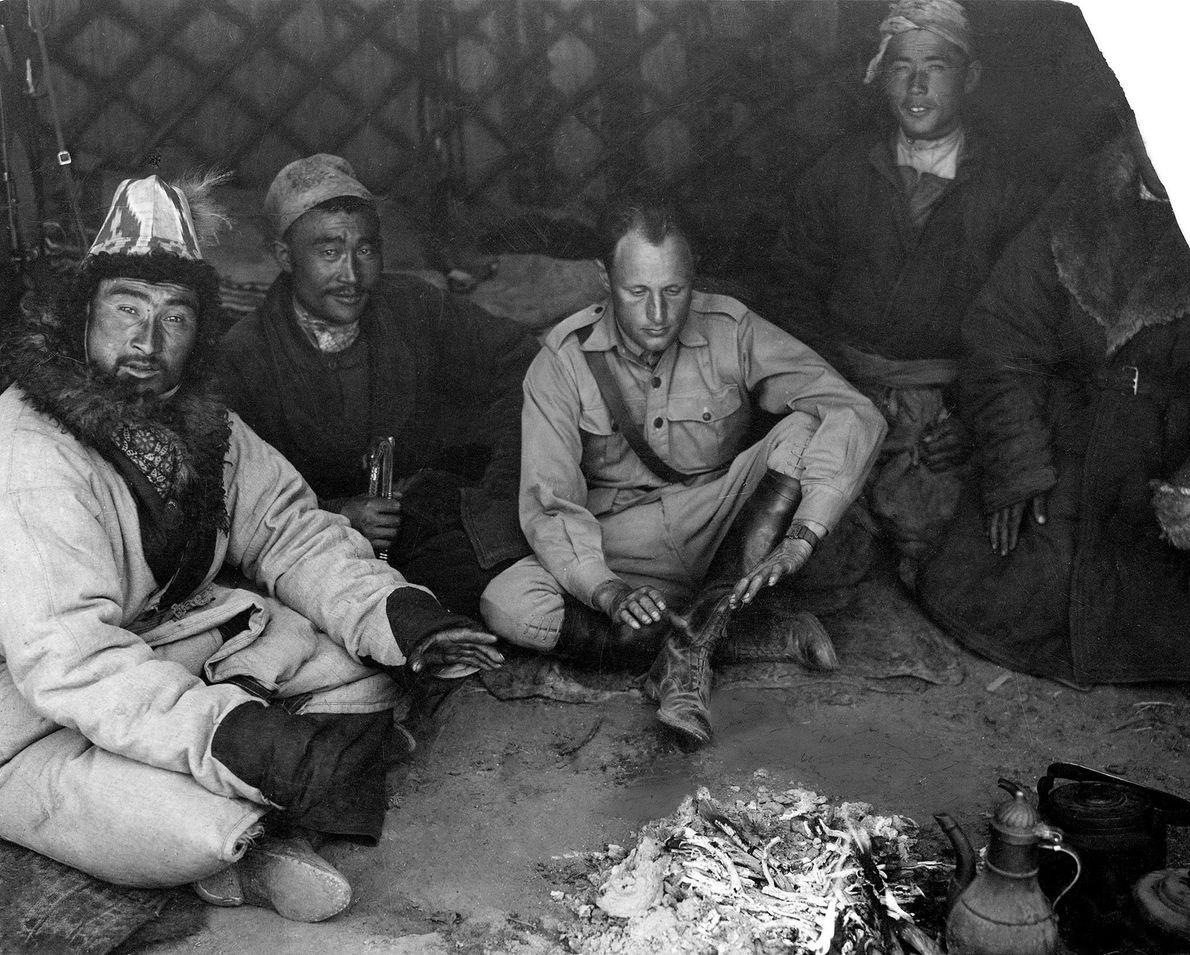Georges-Marie Haardt verbringt den Heiligabend im Jahr 1930 mit seinen einheimischen Führern im Tian Shan, einem ...