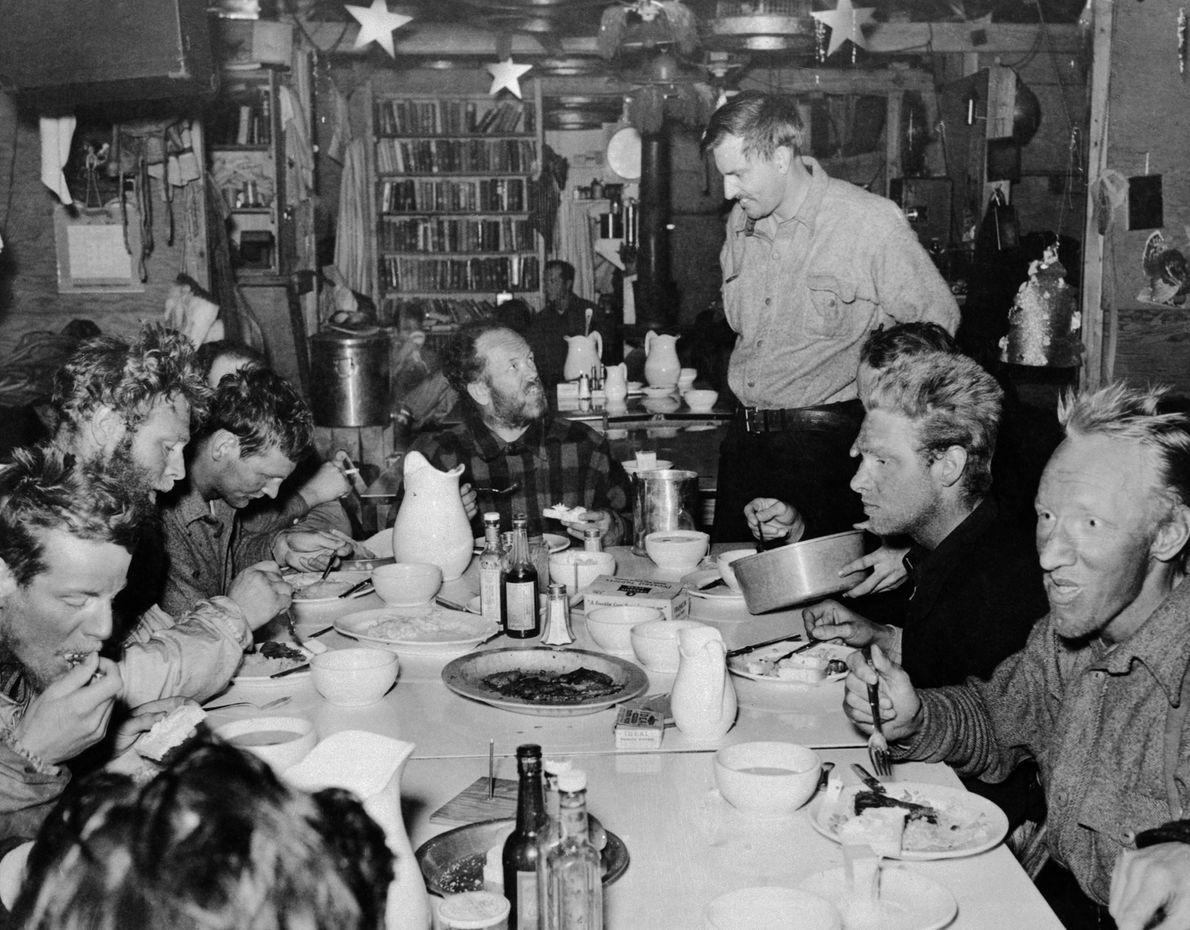Mitglieder von Richard Byrds dritter Antarktis-Expedition essen am ersten Weihnachtstag im Jahr 1940 zusammen in ihrer ...