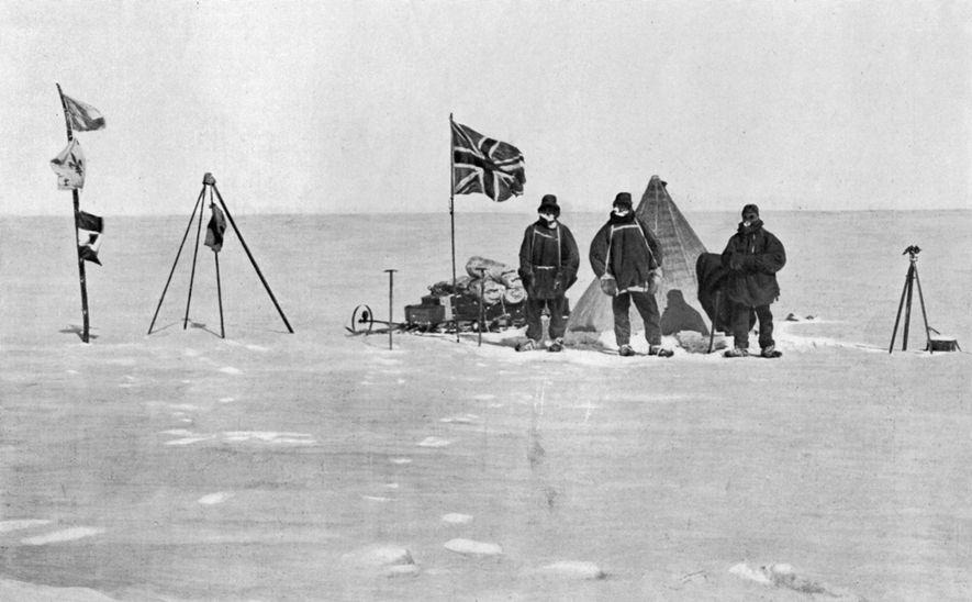 Mitglieder der Anarktis-Expedition des britischen Abenteurers Ernest Shackleton posieren am ersten Weihnachtstag im Jahr 1908 vor ...