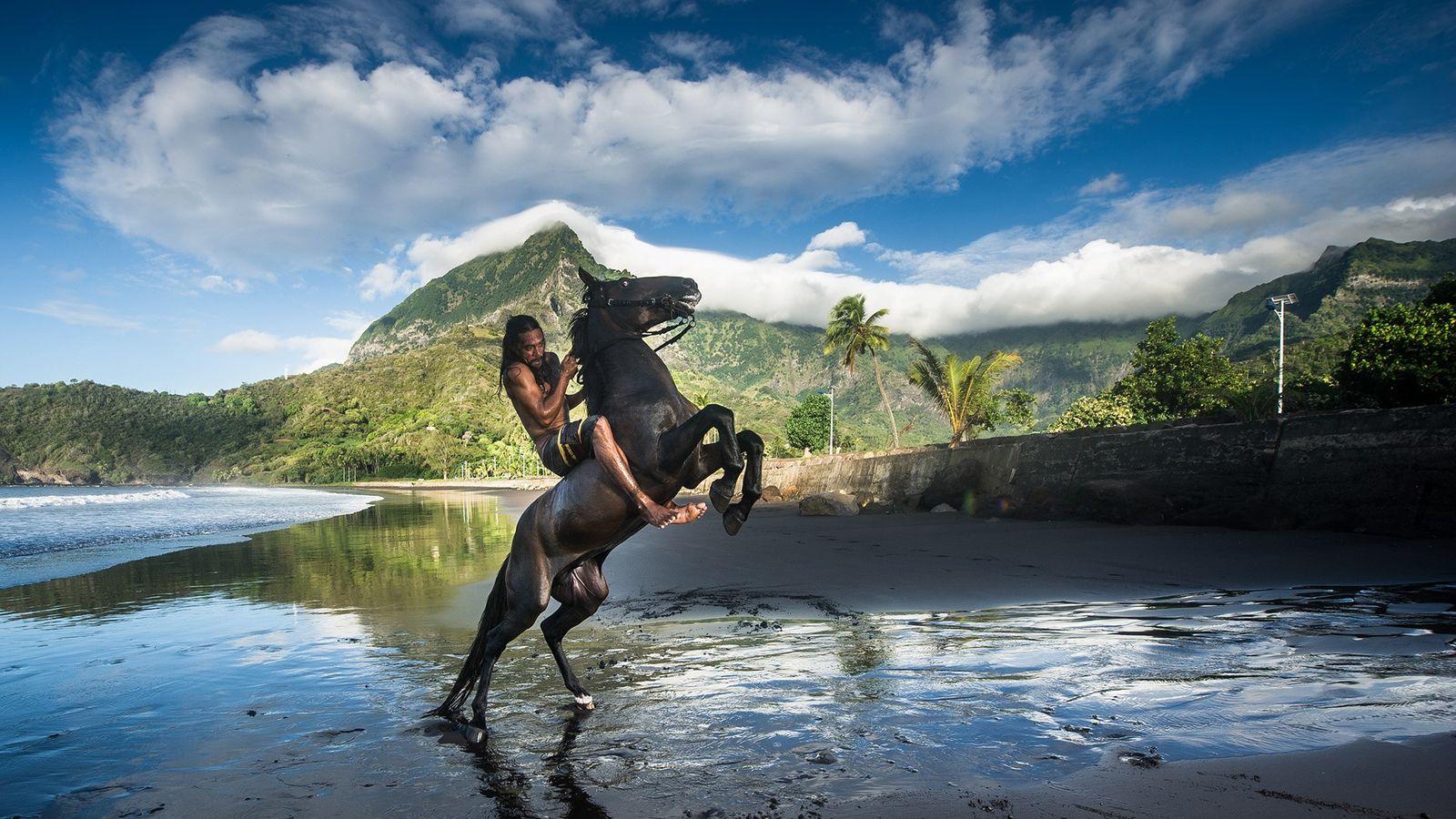 Reiter am Sandstrand von  Hiva Oa