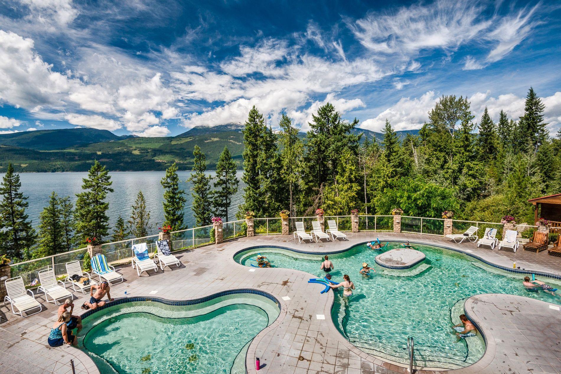 Im Halcyon Hot Springs Resorts and Spa über dem malerischen Upper Arrow Lake können sich Gäste ...