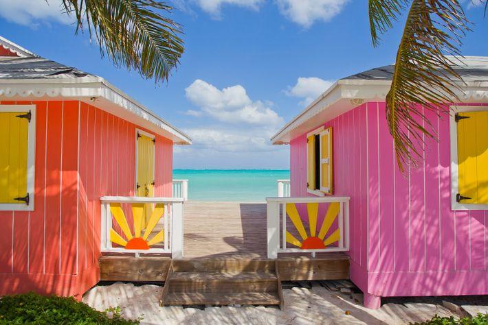 Auf vielen karibischen Inseln sind die farbenfrohen Gebäude an den Stränden wieder geöffnet, so auch auf ...