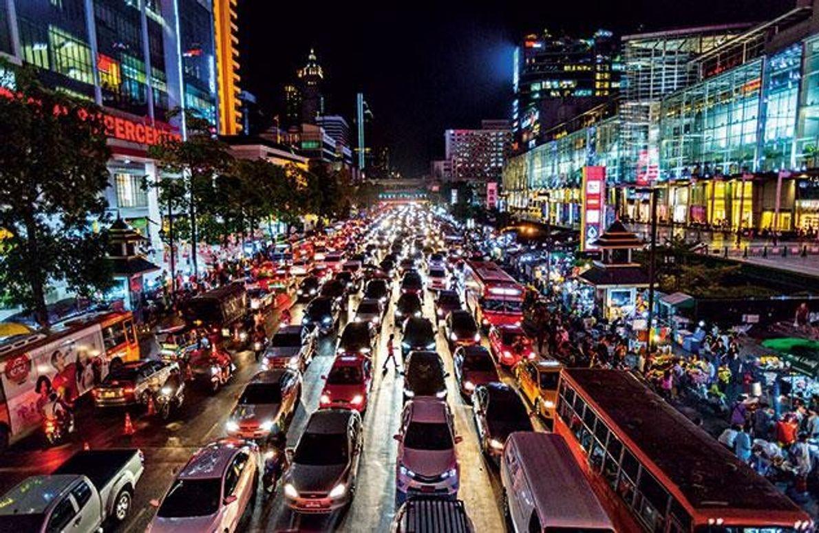 Geschäfte, Hotels, Vergnügungsmeilen – nicht nur in Bangkok wächst der Energiebedarf stetig. Die Wasserkraft des Mekong …