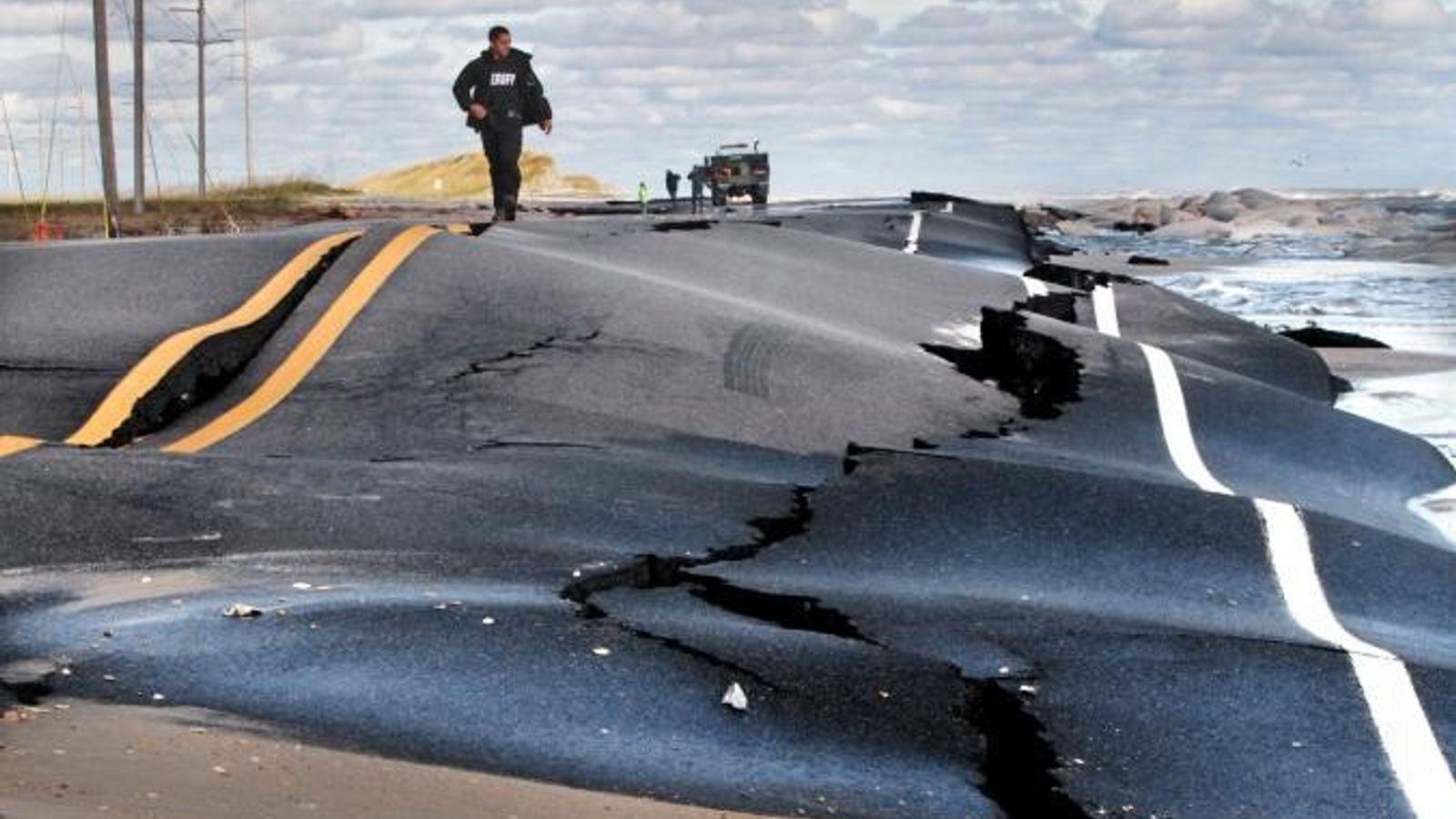 Deputy Cliff Tice vom Dare County Sheriff's Department läuft am 30. Oktober 2012 die beschädigte Straße ...