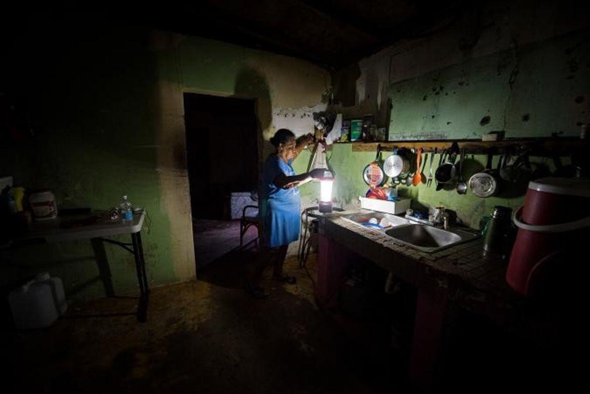 Auch fünf Monate nach dem Hurrikan Maria lebte diese Frau noch ohne Strom.