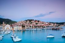 Jenseits des strahlenden Hafens von Hvar erstreckt sich die Ebene von Stari Grad, auf der noch ...