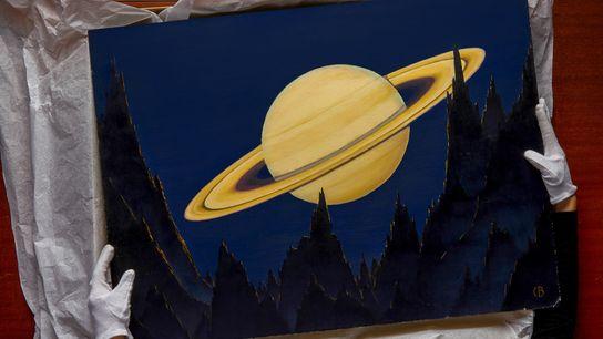Die leitende Fotoarchivistin Sara Manco hält eines von Charles Bittingers Bildern des Saturn, gesehen von der ...
