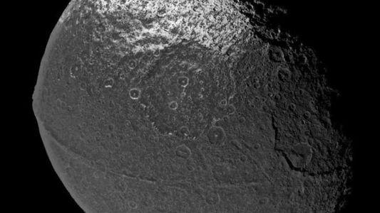 Saturnmond Iapetus hat die merkwürdigste Bergkette des Sonnensystems