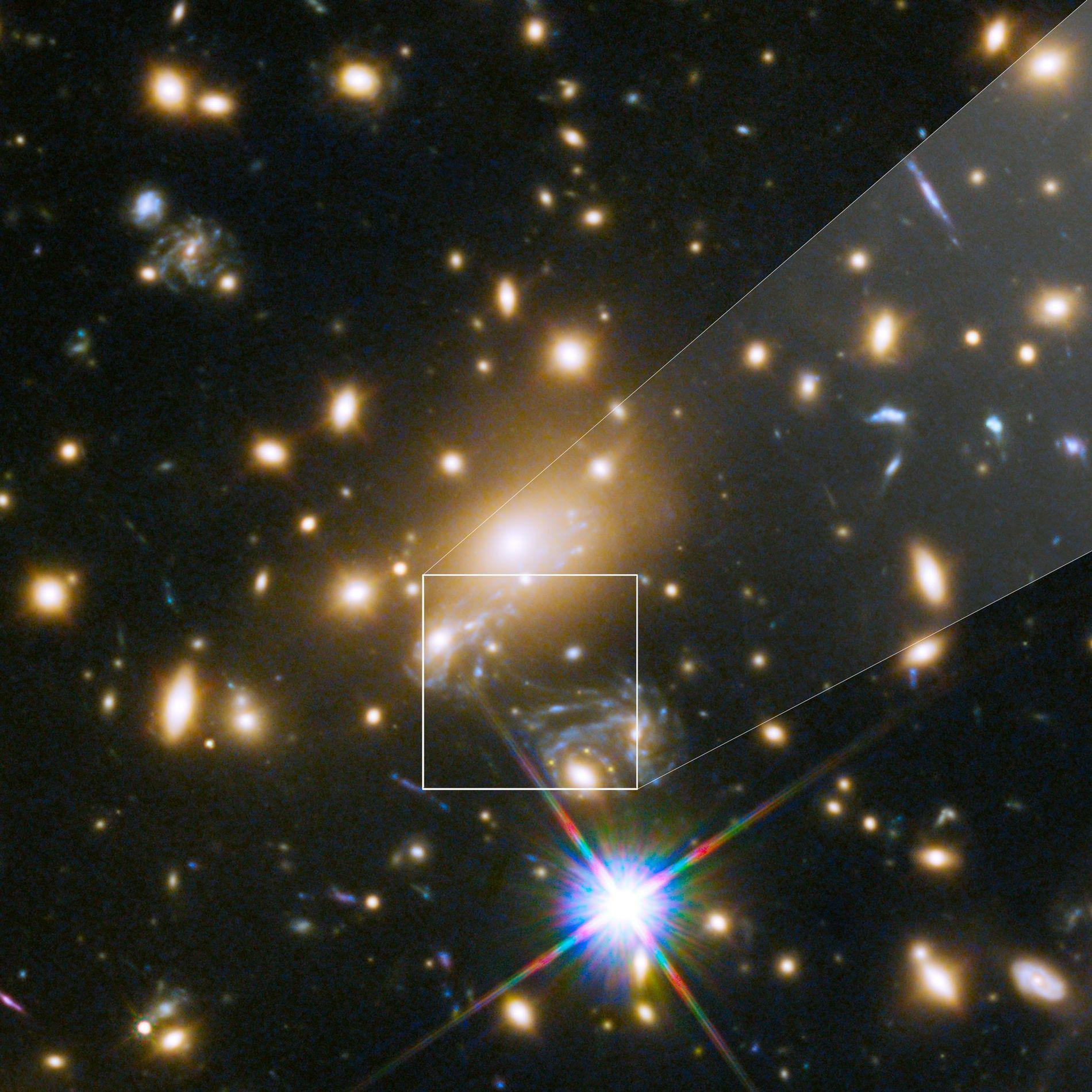 Icarus oder MACS J1149+2223 Lensed Star 1, ist der entfernteste Stern, der je beobachtet wurde. Er ist nur durch den Gravitationslinseneffekt eines großen Galaxienhaufens sichtbar, der sich in fünf Milliarden Lichtjahren Entfernung zur Erde befindet.