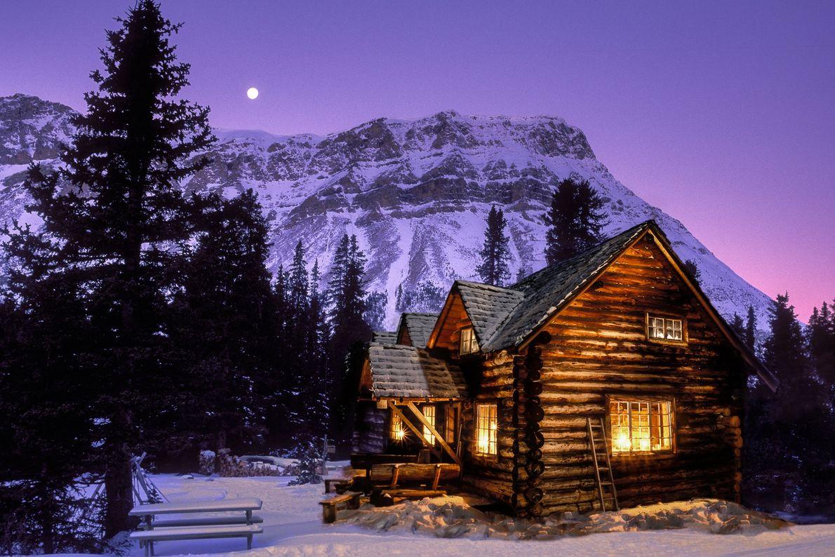 Die Skoki Lodge bei Nacht im Banff-Nationalpark, Alberta.
